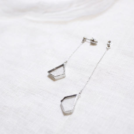 【定番人気】片耳・立体的に揺れる粒のピアスイヤリング// W HANGING PIERCE・EARRING