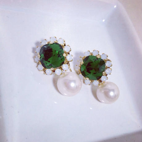 Two-way green pierced earring