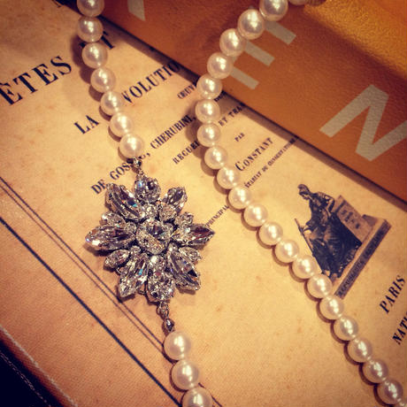A snowy crystal imitation pearl necklace