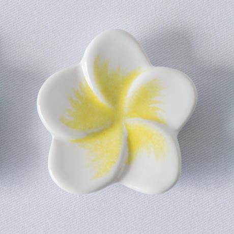 ジェンガラ デヴィ・コレクション フランジパニ箸置き(Frangipani Chopstick Rest)ホワイト&イエロー