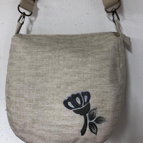 ダイステッチワーク お花模様のポケットがついたショルダーバッグ