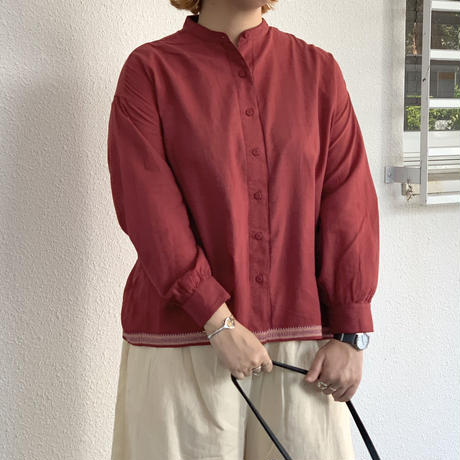 HANDWOVEN COTTON WITH JACQUARD SELVAGE BANDED COLLAR BACK PINTUCK SHIRT INMDS20713 / maison de soil