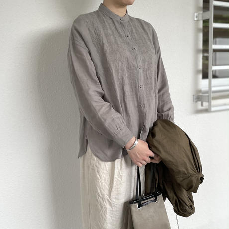 80'S POWER LOOM LINEN WITH EMB BANDED COLLAR EMB SHIRT NMDS20023 / maison de soil
