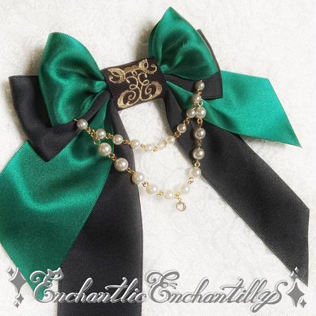 ロゴ刺繍パールリボンブローチ(グリーン×黒)
