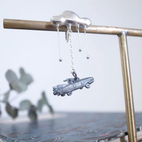 【受注制作】道を急ぐうさぎのイヤリング