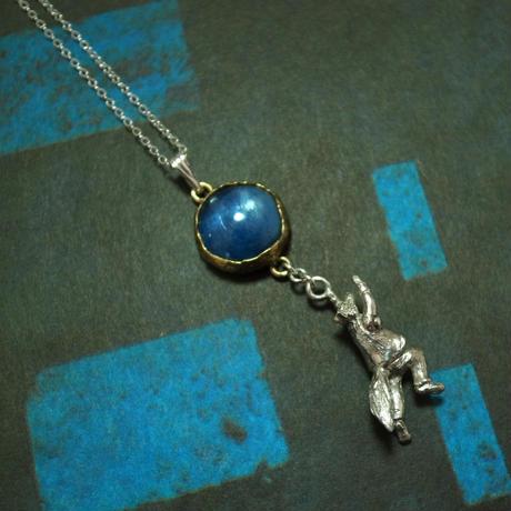 月に登るきつねのネックレス(カイヤナイト)