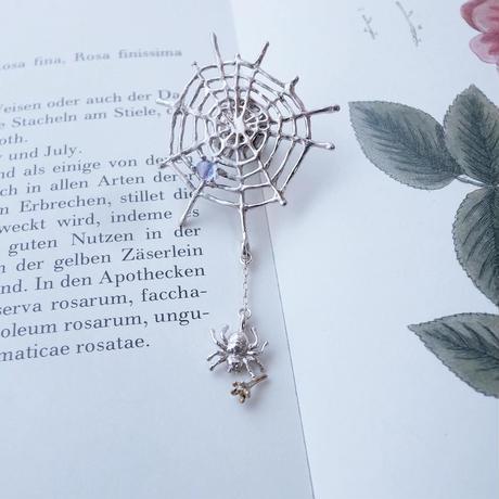 【受注制作】花を持つくものブローチ(シルバー)