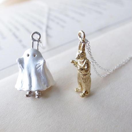 【受注制作】おばけのふりをするうさぎのネックレス(白仕上げ×真鍮)