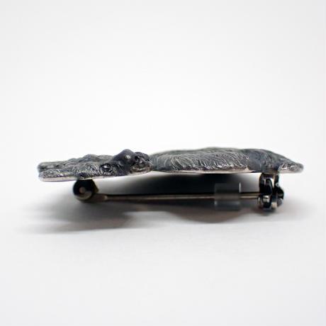振り向きブチハイエナブローチ (black matte)