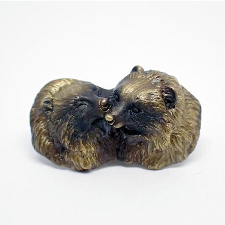 心で見つめ合うタヌキブローチ (yellow)