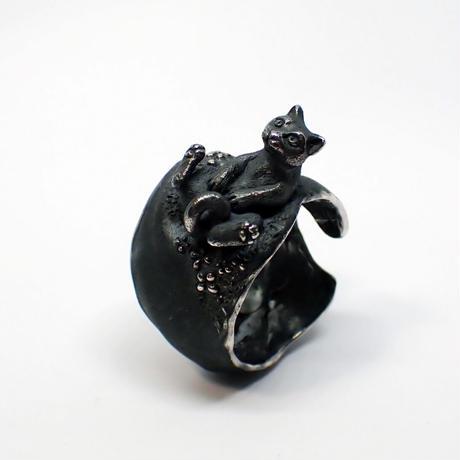 お花畑で寝転ぶネコリング(black)