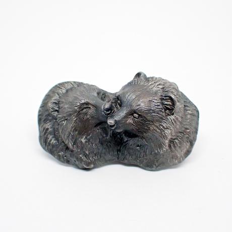 心で見つめ合うタヌキブローチ (black matte)