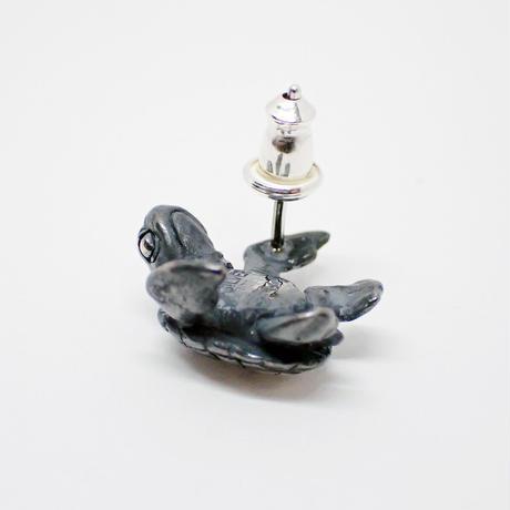 アオウミガメの子ピアス(black)