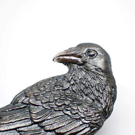 振り返るカラスブローチ(black matte)