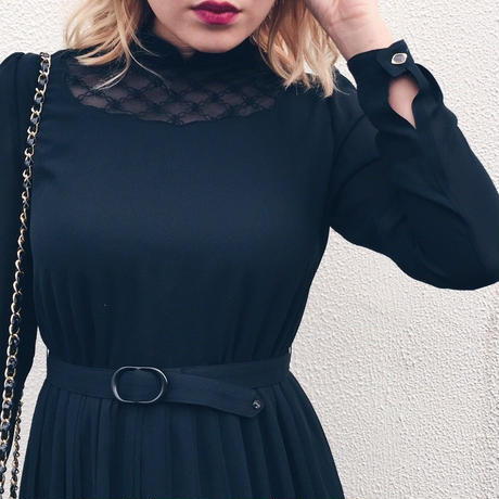 neck see-through pleats dress