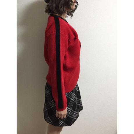 Vneck design line knit red