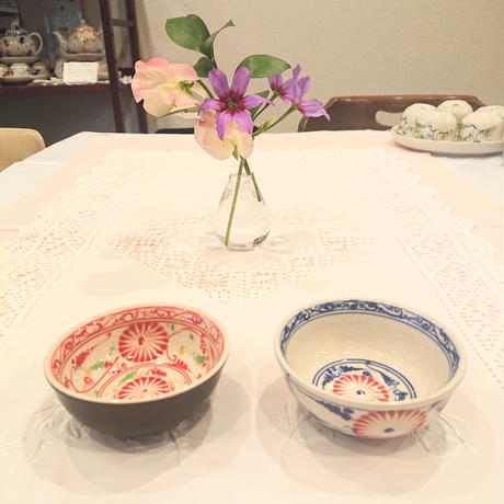 バッチャン焼き  小椀皿  菊柄  茶色に赤