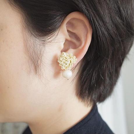 シロツメクサの耳飾り