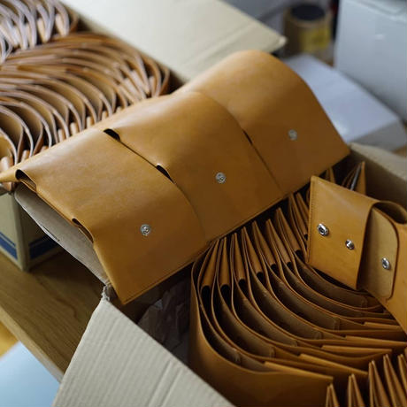 しっかり入ってコンパクトな財布 TRI-FOLD WALLET / CAMEL