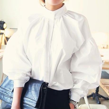 ボリューム袖がかわいいホワイトカラーのブラウス
