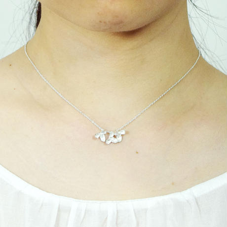 """akebia necklace"" wh  flower/berry small"