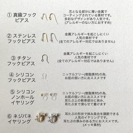 『月のしずく』虹色ケシパールとタティング ピアス/イヤリング