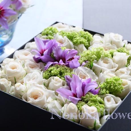 季節のお花をお任せ 「ボックスフラワ」です写真はイメージ写真です、イメージをお聞かせ下さいね 丁寧にお作り致します