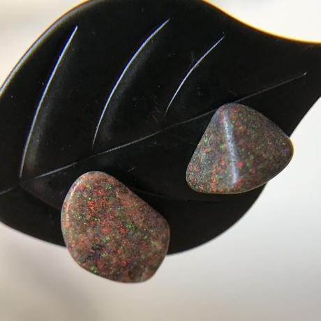 赤、緑、青の遊色がとても綺麗な☆天然マトリックスオパール原石14kgfピアス☆南オーストラリア・アンダムーカ産