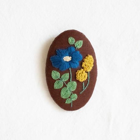 幸せの青い花の刺繍ブローチ