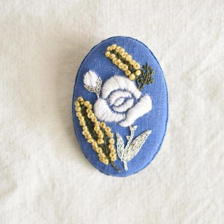 白いバラとミモザのブローチ
