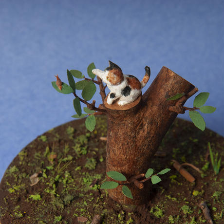 小出信久「木のぼりネコとカタツムリ」