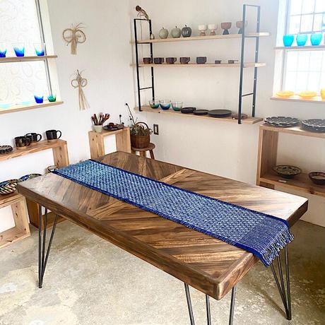 【琉球藍】大人の食卓に似合う琉球藍やしらみ織のテーブルセンター ロング