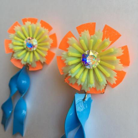 [BENICOTOY] PLASTIC FLOWER BLUE RIBBON ピアス
