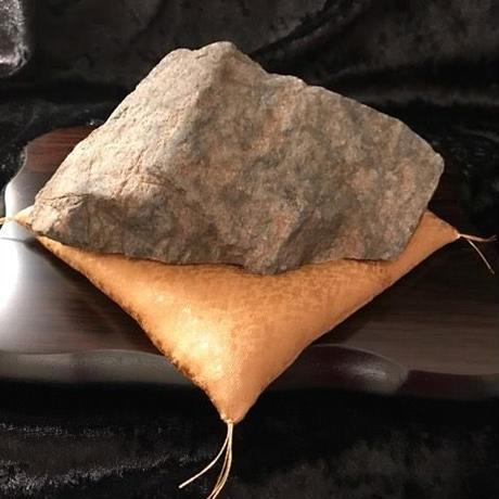 霊峰の石・約13cm(木製飾り台21×15×1.8cm・金座布団付き)
