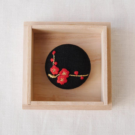 Mayumi Tomita 光琳図案刺繍紅梅ブローチ