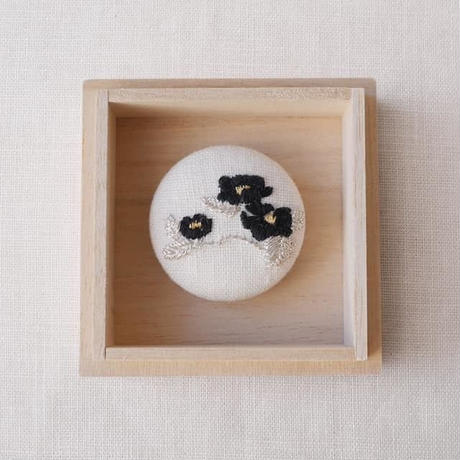 Mayumi Tomita 椿光琳図案刺繍ブローチ