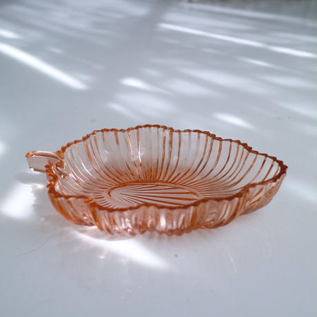 Vintage leaf motif plate