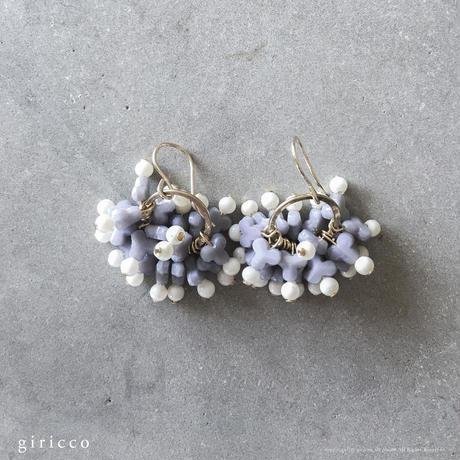 紫陽花ピアス/イヤリング:パープル | フランス製ヴィンテージガラスビーズとホワイトスフレのピアス/イヤリング(TJ10978)