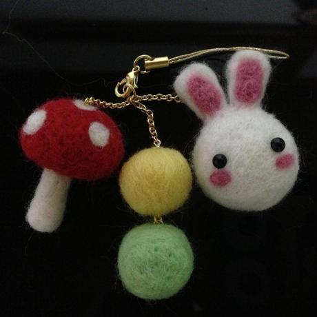 【ウサギ】羊毛フェルトハンドメイドケータイストラップ