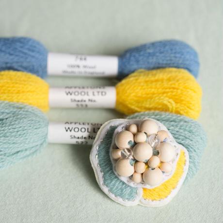 appletonとウッドビーズの刺繍ブローチ[stitch]
