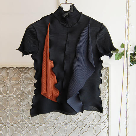 kotohayokozawa pleats high neck top -black×navy×orange-