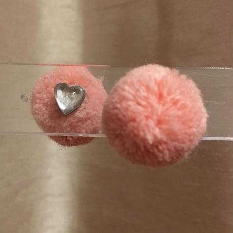 クリアハートとポンポンのリバーシブルピアス/ピンク