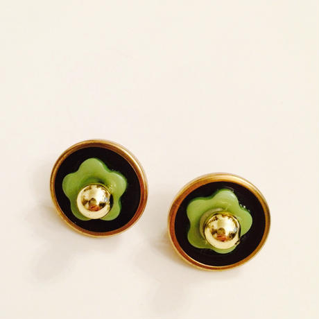ピスタチオグリーンのお花ボタンイヤリング