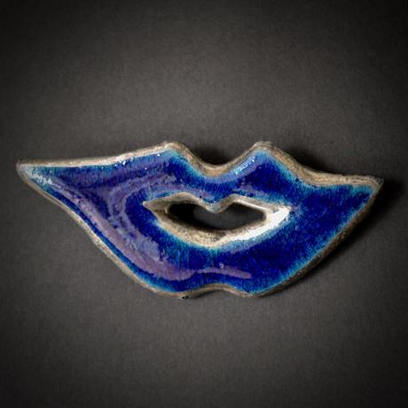 Brooch, 'Lips of life' blue.