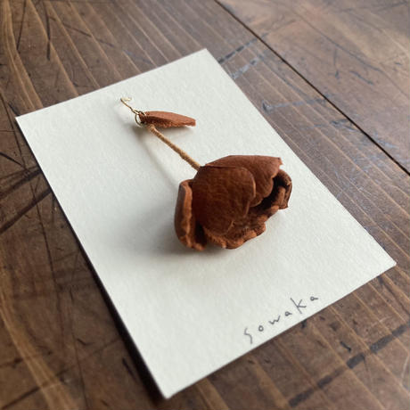 sowaka  片耳 ゆらゆら花ピアス(大)・茶