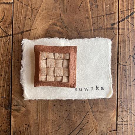 sowaka 鹿革の編み込みブローチ・白