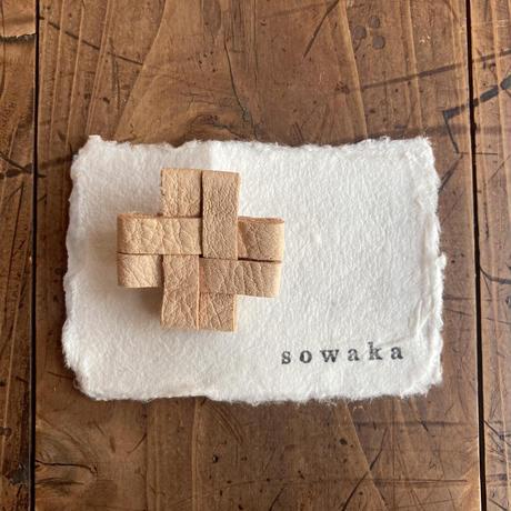 sowaka 鹿革のクロスブローチ・白