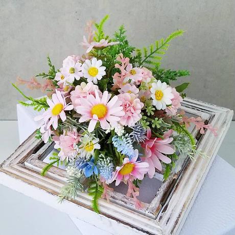 【白いベース付きピンクのブーケ】
