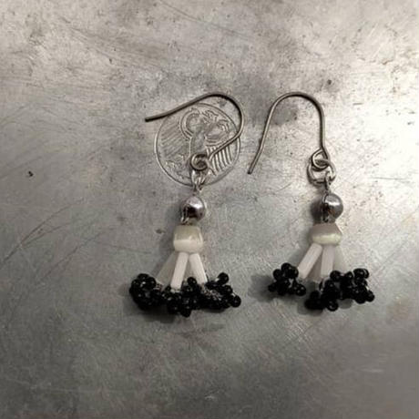 frill   pierce  [black]