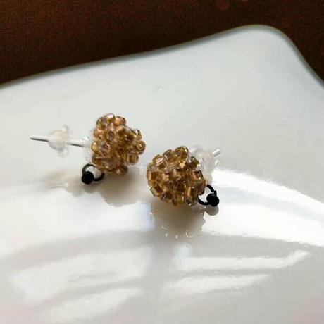 金の粒の耳飾り